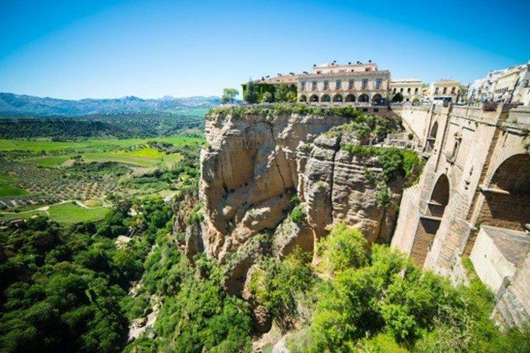 Ronda zicht op kloof, brug en landschap binnenland Andalusië