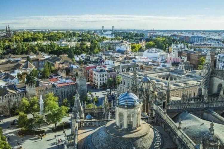 Sevilla met het paleis Alcazar en de buurt Triana als oorspronk van de Flamenco