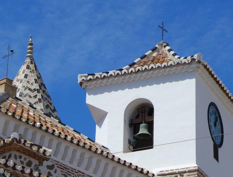 2 torenspitsen in El Borge van kerk en minaret
